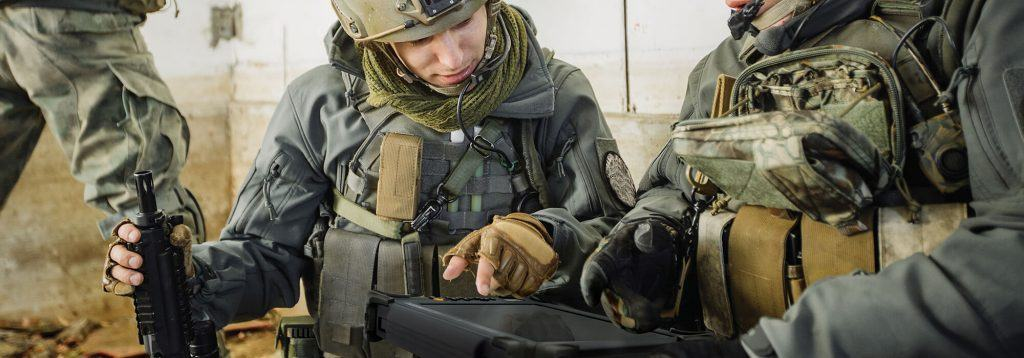 tablette dans les mains de militaires en mission