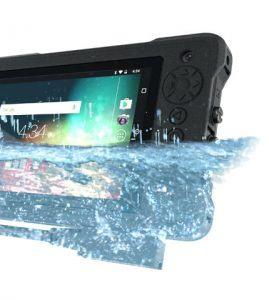 une tablette durabook sous l'eau