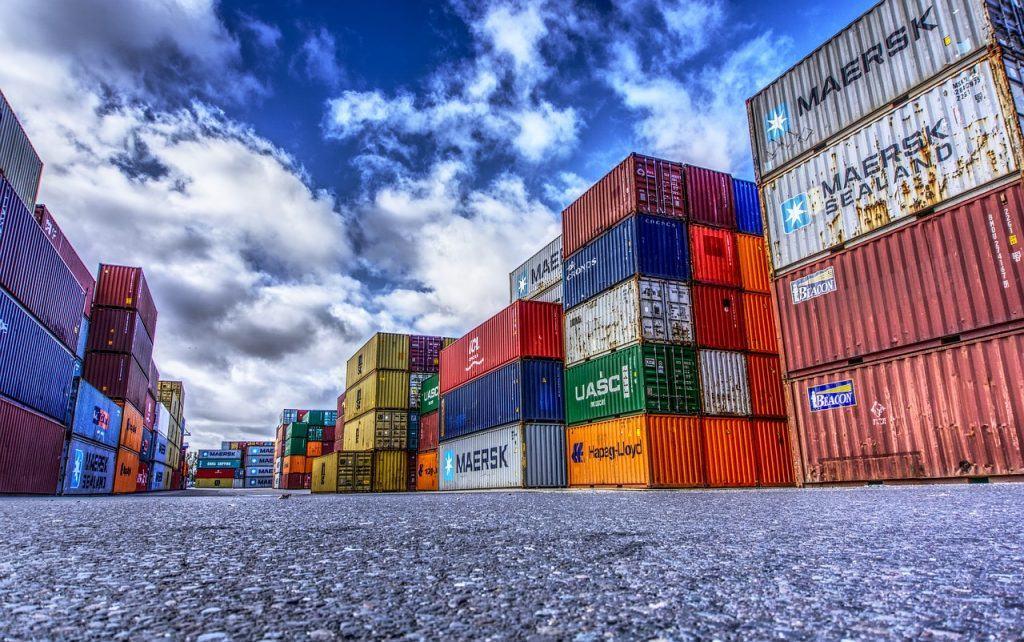 Un Hub collaboratif avec des containers dans un port